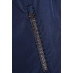 GAP Kurtka przejściowa elysian blue. Niebieskie kurtki chłopięce przeciwdeszczowe GAP, z materiału. W wyprzedaży za 188,10 zł.