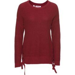 Sweter ze sznurowaniem bonprix pomarańczowo-czerwony. Czerwone swetry klasyczne damskie bonprix, ze sznurowanym dekoltem. Za 79,99 zł.