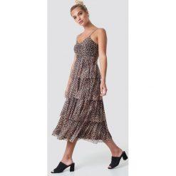 NA-KD Sukienka na ramiączkach - Brown. Brązowe długie sukienki marki NA-KD, dekolt w kształcie v, na ramiączkach. Za 202,95 zł.