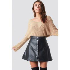 Pamela x NA-KD Sweter V-Neck Knitted - Beige. Brązowe swetry klasyczne damskie Pamela x NA-KD, z dekoltem na plecach. Za 121,95 zł.