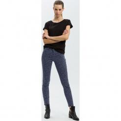 """Dżinsy """"Alan"""" - Skinny fit - w kolorze granatowym. Niebieskie rurki damskie marki Cross Jeans, z aplikacjami. W wyprzedaży za 127,95 zł."""