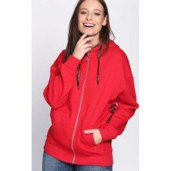 Czerwona Bluza Awesome. Fioletowe bluzy z kieszeniami damskie marki NA-KD, z napisami, z długim rękawem, długie, z kapturem. Za 89,99 zł.