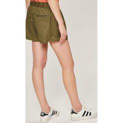 Tommy Jeans - Szorty. Szare szorty jeansowe damskie Tommy Jeans, casualowe. W wyprzedaży za 199,90 zł.