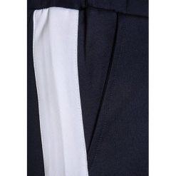 The New GAVIN  Spodnie treningowe black iris/bright white. Białe jeansy chłopięce marki The New. Za 159,00 zł.