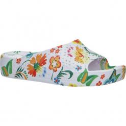 Białe klapki w kwiatki na koturnie Casu 1025. Białe klapki damskie marki Casu, w kwiaty, na koturnie. Za 29,99 zł.