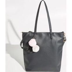 Torba z pomponami - Czarny. Czarne torebki klasyczne damskie Sinsay, z pomponami. Za 59,99 zł.