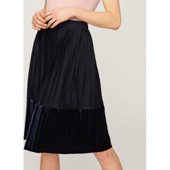 Plisowana spódnica - Granatowy. Niebieskie spódniczki dziewczęce Reserved. W wyprzedaży za 19,99 zł.