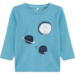 """Koszulka """"Retur"""" w kolorze niebieskim. Niebieskie t-shirty chłopięce z długim rękawem Name it Baby, z bawełny. W wyprzedaży za 25,95 zł."""