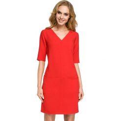 ARIA Sukienka dwie kieszenie - czerwona. Czerwone sukienki hiszpanki Moe, na co dzień, z tkaniny, z dekoltem w serek, z krótkim rękawem, mini, proste. Za 139,99 zł.