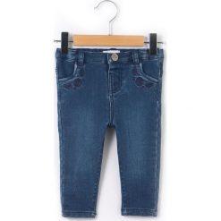 Dżinsy slim z haftowaną kieszenią 1 miesiąc - 3 lata. Niebieskie jeansy dziewczęce marki La Redoute Collections, z haftami, z bawełny, z standardowym stanem. Za 83,96 zł.