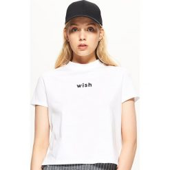 Koszulka z napisem - Biały. Białe t-shirty damskie marki Cropp, l, z napisami. Za 19,99 zł.