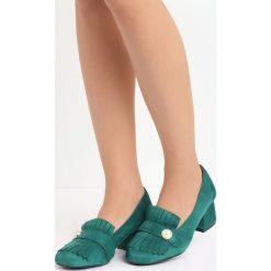 Zielone Czółenka Silas. Zielone buty ślubne damskie Born2be, w paski, ze skóry, na niskim obcasie, na słupku. Za 39,99 zł.