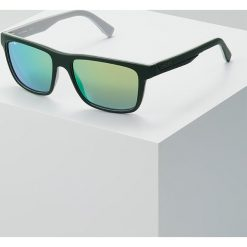Lacoste Okulary przeciwsłoneczne matte green/grey. Zielone okulary przeciwsłoneczne męskie wayfarery Lacoste. W wyprzedaży za 399,20 zł.