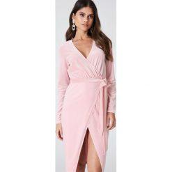 Sukienki hiszpanki: Kristin Sundberg for NA-KD Aksamitna sukienka midi – Pink
