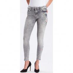 """Dżinsy """"Giselle"""" - Super Skinny fit - w kolorze jasnoszarym. Szare rurki damskie marki Cross Jeans, z aplikacjami. W wyprzedaży za 136,95 zł."""
