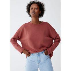 Bluza basic z dekoltem z obszyciem. Czerwone bluzy damskie Pull&Bear. Za 39,90 zł.