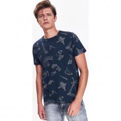 T-SHIRT MĘSKI Z NADRUKOWANYM WZOREM. Szare t-shirty męskie marki Top Secret, na lato, m. Za 29,99 zł.