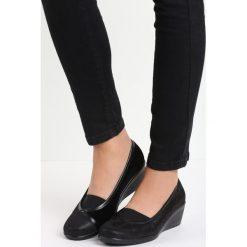 Czarne Koturny Fibril. Czarne buty ślubne damskie Born2be, z materiału, z okrągłym noskiem, na koturnie. Za 49,99 zł.
