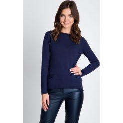 Granatowy sweter z kokardkami QUIOSQUE. Szare swetry klasyczne damskie marki QUIOSQUE, na co dzień, s, w koronkowe wzory, z dzianiny, z klasycznym kołnierzykiem, ołówkowe. W wyprzedaży za 49,99 zł.