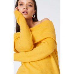 NA-KD Szeroki sweter z odkrytymi ramionami - Yellow. Żółte swetry oversize damskie NA-KD, z dzianiny. Za 80,95 zł.