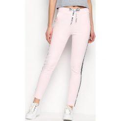 Spodnie dresowe damskie: Jasnoróżowe Spodnie Dresowe Conveniently