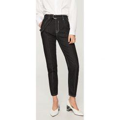 Jeansy z wysokim stanem - Szary. Szare jeansy damskie marki Top Secret, w paski, z podwyższonym stanem. Za 139,99 zł.