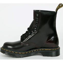 Dr Martens - Botki Arcadia. Szare buty zimowe damskie Dr. Martens, z materiału, na obcasie, na sznurówki. W wyprzedaży za 539,90 zł.