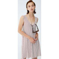 Sukienka z krepy z guzikami. Niebieskie sukienki z falbanami marki Pull&Bear. Za 59,90 zł.
