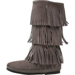 Minnetonka Kowbojki i Buty motocyklowe grey. Szare buty zimowe damskie marki Minnetonka, z materiału. W wyprzedaży za 585,65 zł.