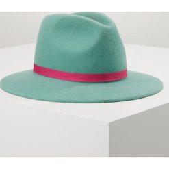 PS by Paul Smith LINED FEDORA Kapelusz petgreen. Zielone kapelusze damskie PS by Paul Smith, z materiału. Za 509,00 zł.