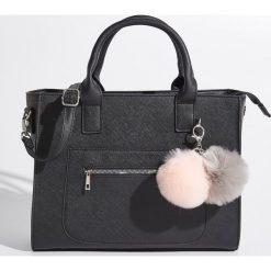 Torba z brelokami - Czarny. Czarne torebki klasyczne damskie marki Sinsay, z breloczkiem. W wyprzedaży za 69,99 zł.