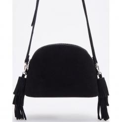 Skórzana torebka z frędzlami - Czarny. Czarne torebki klasyczne damskie marki Kazar, w paski, ze skóry, zdobione. Za 249,99 zł.