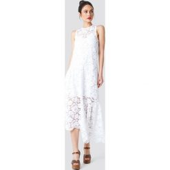 NA-KD Boho Koronkowa sukienka z asymetrycznym brzegiem - White. Niebieskie sukienki asymetryczne marki NA-KD Boho, na imprezę, w koronkowe wzory, z koronki, boho, na ramiączkach, mini. Za 161,95 zł.