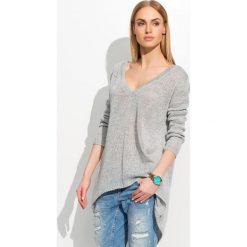 Swetry klasyczne damskie: Luźny Jasnoszary Sweter z Dekoltem w Serek
