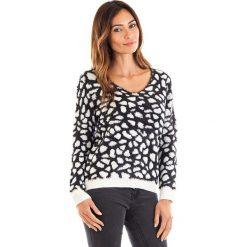 Swetry oversize damskie: Sweter w kolorze czarno-białym