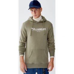 Bluza basic z kapturem i kieszenią kangurką. Zielone bluzy męskie rozpinane Pull&Bear, m, z kapturem. Za 89,90 zł.