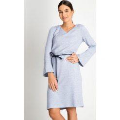 Niebieska sukienka z wiązaniem QUIOSQUE. Niebieskie sukienki balowe QUIOSQUE, w paski, dekolt w kształcie v, z długim rękawem, rozkloszowane. W wyprzedaży za 159,99 zł.