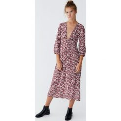 Sukienka midi z węzłem przy dekolcie. Czerwone sukienki z falbanami Pull&Bear, na imprezę, midi. Za 79,90 zł.