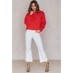 Statement By NA-KD Influencers Jeansy Freja Wewer - White. Białe spodnie z wysokim stanem marki Statement By NA-KD Influencers, z bawełny. W wyprzedaży za 72,89 zł.