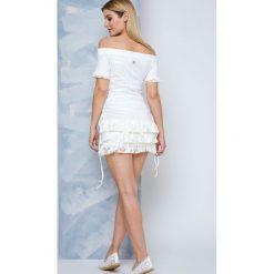 Sukienka Lemonada zdobiona dekoltem carmen i koronkowymi falbankami ecru. Szare sukienki balowe Yups, m, w koronkowe wzory, z bawełny, z falbankami, z krótkim rękawem, mini. Za 149,90 zł.
