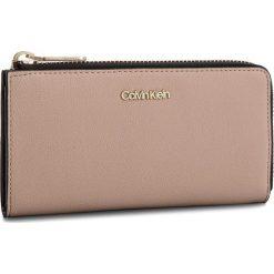 Duży Portfel Damski CALVIN KLEIN - Drive Large Zip Arou K60K604503 007. Brązowe portfele damskie marki Calvin Klein, ze skóry ekologicznej. Za 299,00 zł.