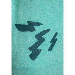 Scotch Shrunk CREW NECK WITH ARTWORK  Bluza seafoam melange. Zielone bluzy chłopięce Scotch Shrunk, z bawełny. W wyprzedaży za 207,20 zł.