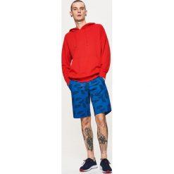 Szorty z roślinnym printem - Niebieski. Czerwone szorty męskie marki Cropp. W wyprzedaży za 29,99 zł.