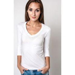 Bluzka basic rękaw 3/4 dekolt serek biała. Białe bluzki damskie Yups, s, z bawełny, z dekoltem w serek. Za 29,99 zł.