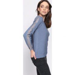 Niebieski Sweter Impulsion. Niebieskie swetry klasyczne damskie Born2be, l, z dekoltem w łódkę. Za 64,99 zł.