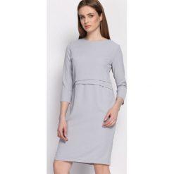 Jasnoszara Sukienka Propitious. Szare sukienki balowe marki Born2be, l, z tkaniny, z okrągłym kołnierzem, z długim rękawem, midi, dopasowane. Za 79,99 zł.