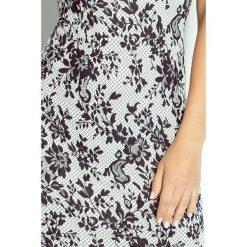 Villette Dopasowana sukienka - biały. Niebieskie sukienki balowe marki numoco, na imprezę, s, w kwiaty, z jeansu, sportowe. Za 149,99 zł.