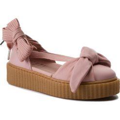 Półbuty PUMA - Bow Creeper Sandal 365794 01 Silver Pink/Pink/Oatmeal. Czerwone półbuty damskie na koturnie marki Puma, xl, z materiału. W wyprzedaży za 349,00 zł.
