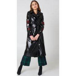 NA-KD Lakierowany płaszcz z haftowanymi kwiatami - Black. Czarne płaszcze damskie marki NA-KD, z haftami, z lakierowanej skóry. W wyprzedaży za 121,49 zł.