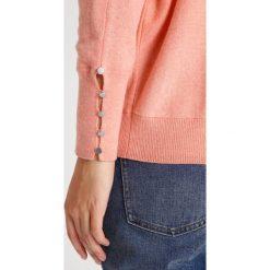Mint Velvet BUTTON CUFF GROWN ON NECK BATWING Sweter apricot marl. Pomarańczowe swetry klasyczne damskie Mint Velvet, xs, z bawełny. W wyprzedaży za 399,20 zł.